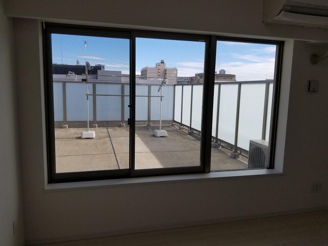 プレミスト東陽町の6.3帖の洋室から見えるルーフバルコニー